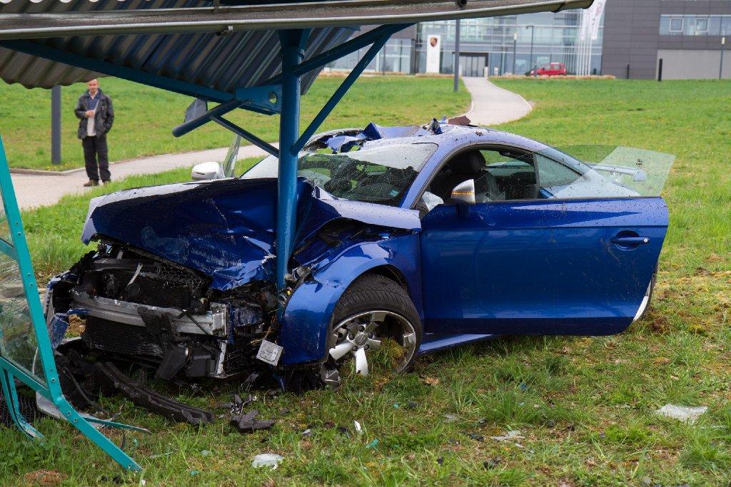 Ein 36-jähriger Mann kommt in einem Industriegebiet in Tamm von der Fahrbahn ab und zerstört mit seinem blauen Audi TT das Wartehäuschen einer Bushaltestelle. Foto: www.7aktuell.de | DB