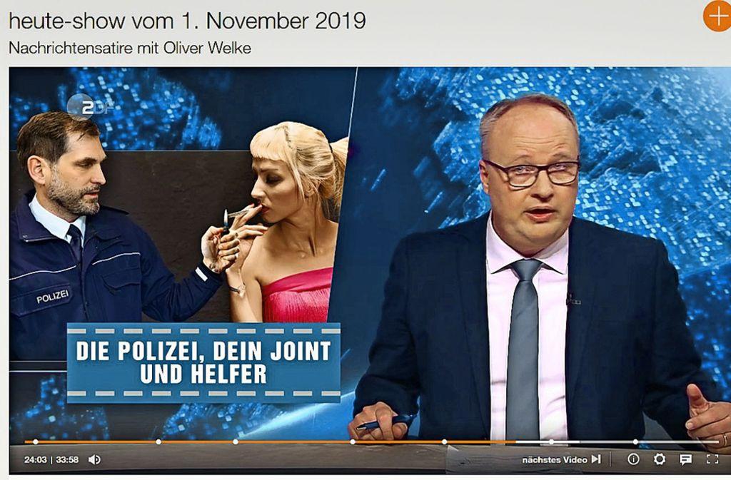 """Auf der Fotomontage, die der Moderator Oliver Welke in der """"heute-show"""" zeigte, zündet Gerald Olma einen Joint an. Foto: ZDF Mediathek"""