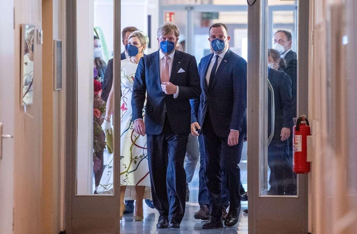 Das niederländische Königspaar zusammen mit Jens Spahn im Robert-Koch-Institut. Foto: dpa/Christophe Gateau