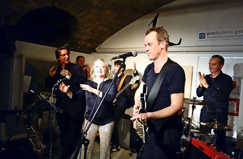 """""""Jabb"""" ist eine Erfindung von Tenor Matthias Klink (rechts) – er spielt in dieser """"anderen Bluesband"""" die E-Gitarre; seine Frau Natalie Karl singt. Foto: Ingrid Sachsenmaier"""