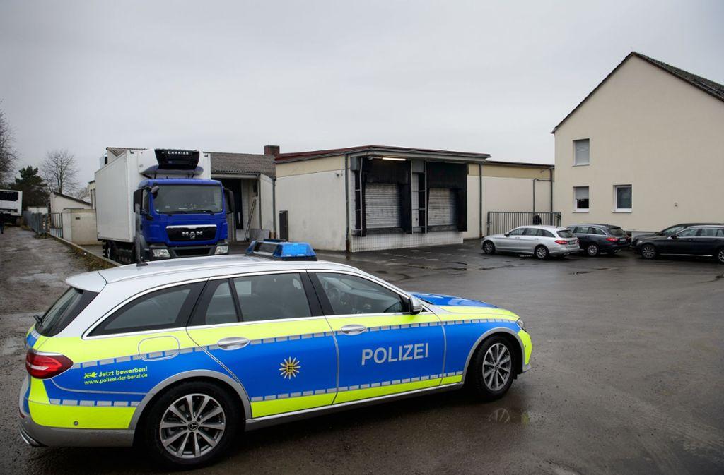 Nach mutmaßlichen Verstößen gegen den Tierschutz ist ein Schlachthof in Tauberbischofsheim von der Polizei durchsucht worden. Foto: dpa
