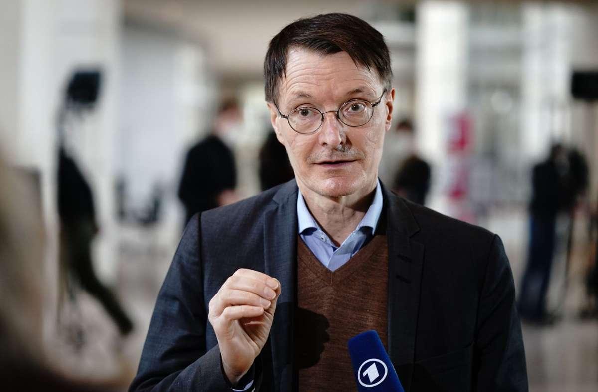 Der SPD-Gesundheitsexperte Karl Lauterbach sieht keine große Gefahr, dass die Fußball-EM neue Infektionswellen auslösen könnten. (Archivbild) Foto: dpa/Kay Nietfeld
