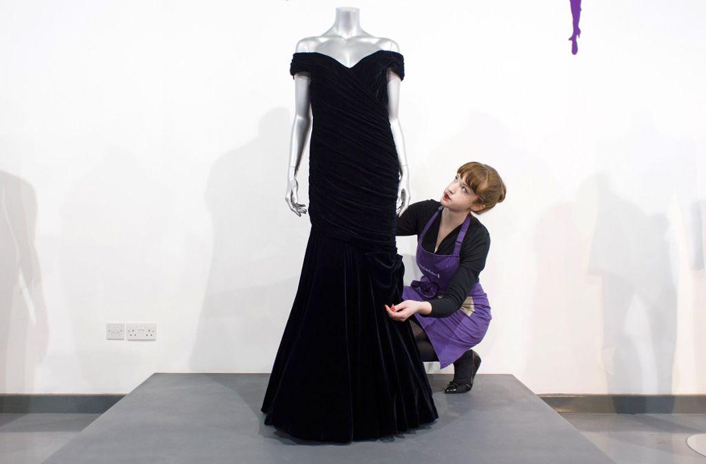 Der Wert des Kleides  von Diana wird auf bis zu 350.000 Pfund geschätzt. Foto: AFP/LEON NEAL