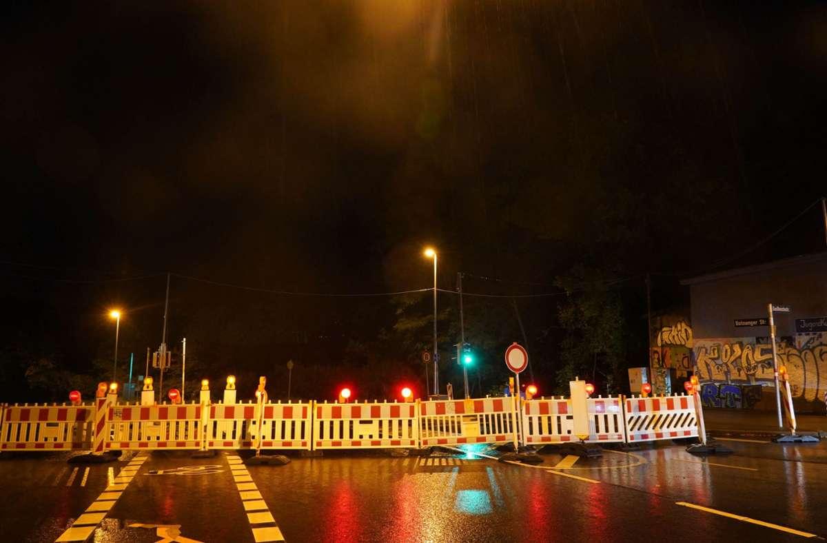 Die Botnanger Straße bleibt wohl bis in den späten Dienstagabend gesperrt. Foto: Andreas Rosar/Fotoagentur-Stuttgart
