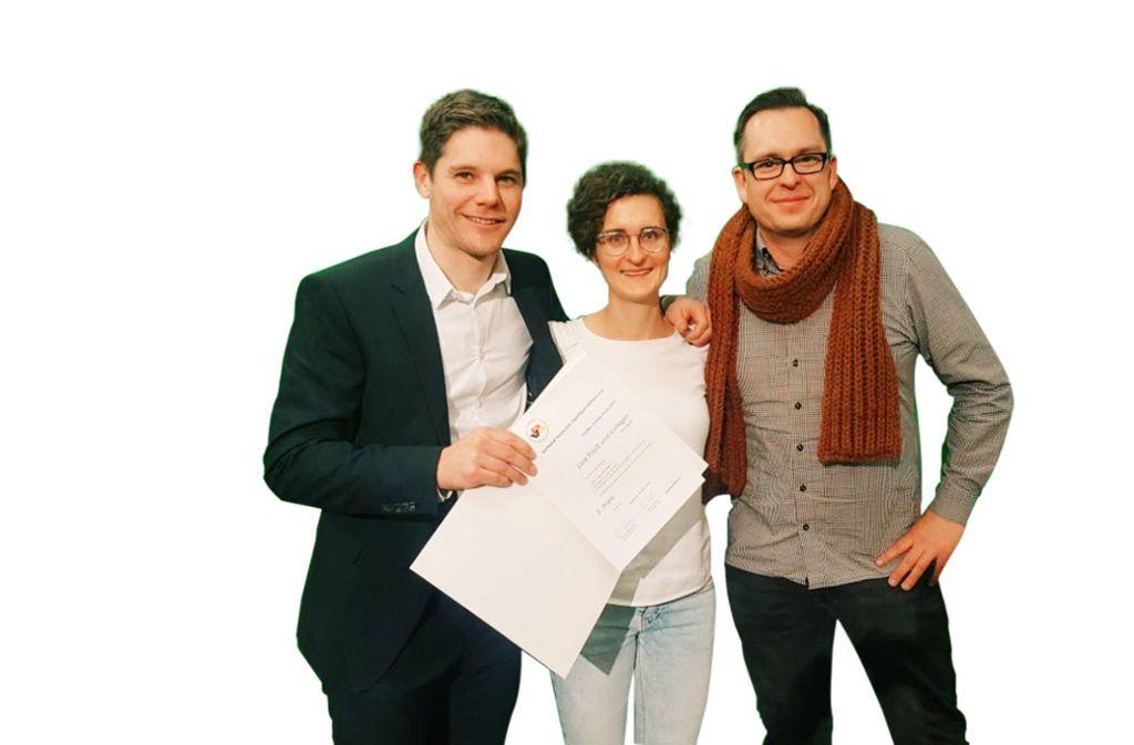 Sportchef Dirk Preiß, Videoredakteurin Siri Warrlich und Online-Redakteur Philipp Maisel (von links) freuen sich über den Preis. Foto: StZ