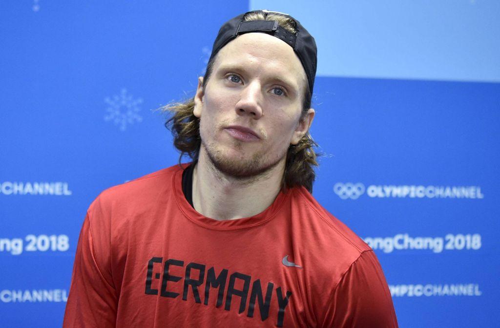 Christian Ehrhoff wird als erstem Eishockeyspieler überhaupt die Ehre zuteil, die deutsche Fahne bei der Schlussfeier in Pyeongchang zu tragen. Foto: dpa