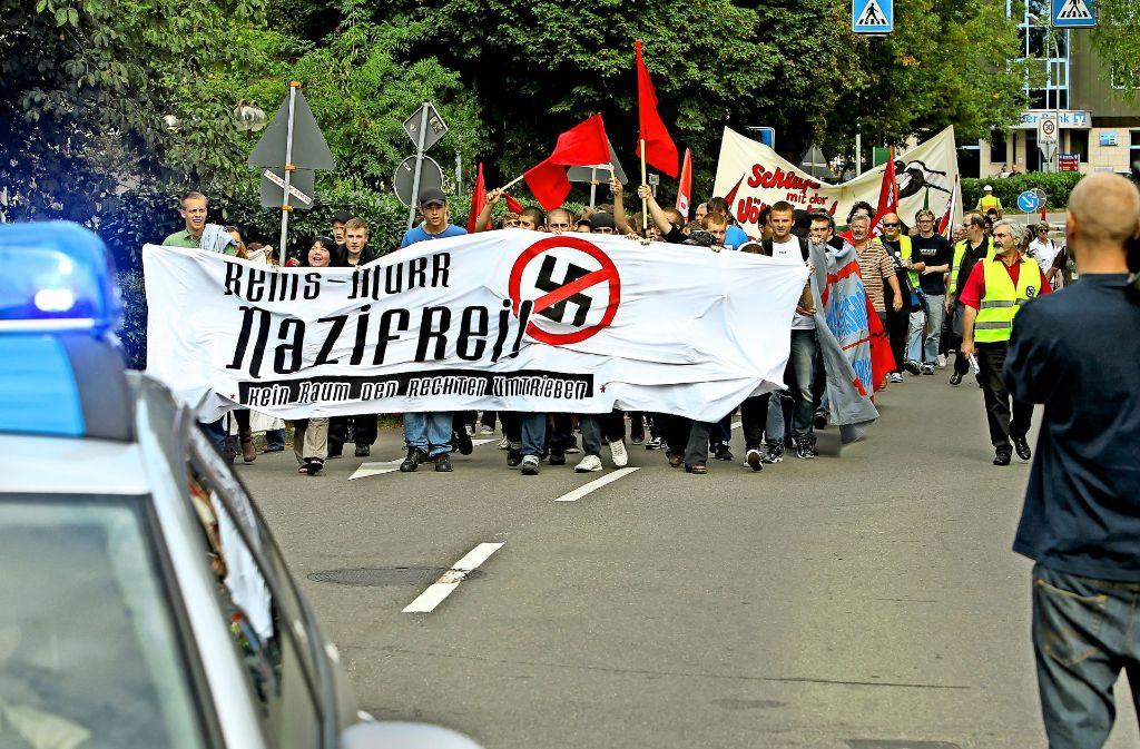 Alfred Denzinger (rechts, in Warnweste) engagiert sich gegen Rechtsextremismus. Kritiker werfen ihm und seinem Onlineportal vor, mit Linksextremisten zusammenzuarbeiten. Das  Archivbild stammt aus dem Jahr 2011. Foto: Archiv (Rudel/Hass)