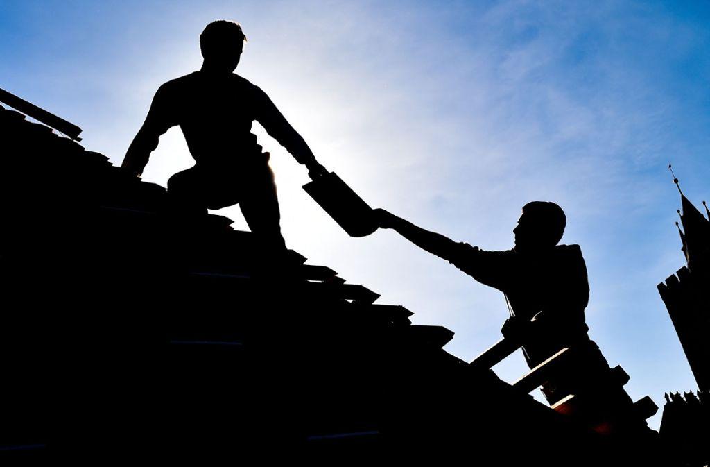 Das Handwerk fordert eine Meisterprämie. Das soll noch mehr Handwerker – wie diese zwei Dachdecker in Frankfurt/Oder – dazu motivieren, den Meister zu machen. Foto: dpa