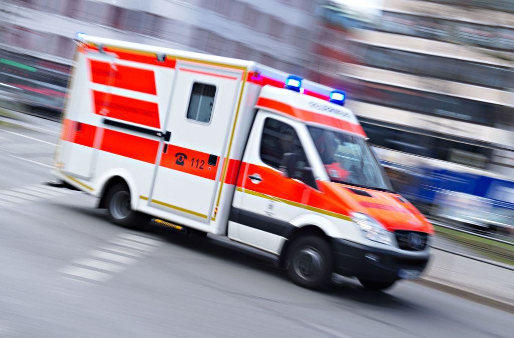 Die 31-Jährige musste mit einem Rettungswagen in ein Krankenhaus gebracht werden. (Symbolbild) Foto: dpa/Nicolas Armer