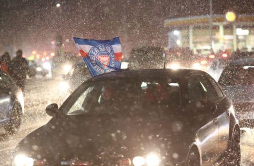 Holstein Kiel-Fans feiern mit Autokorso und Feuerwerk