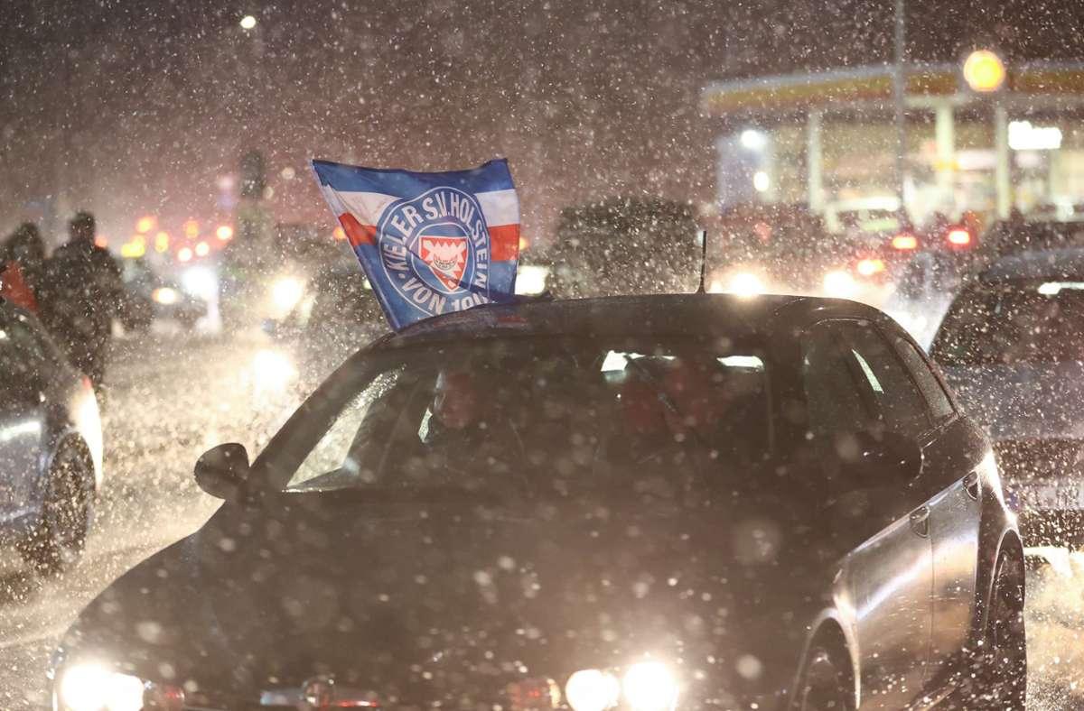 Die Fans von Holstein Kiel feierten die Pokal-Sensation. Foto: dpa/Christian Charisius