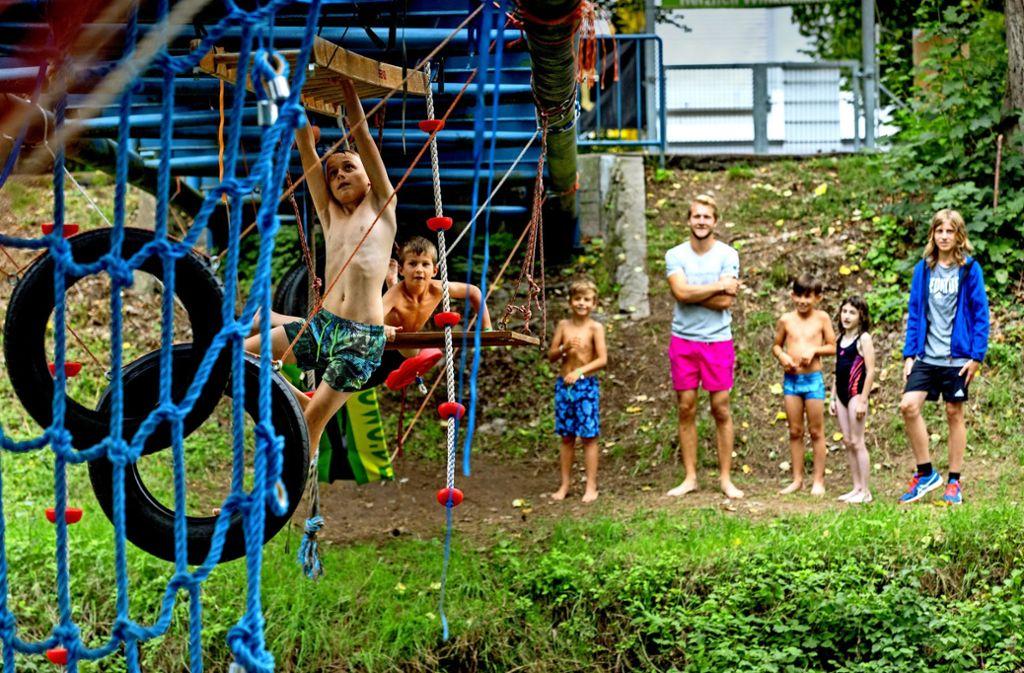 Über die Brücke gehen kann ja jeder –  Spowo-Kids wählen die sportliche Variante und hangeln sich über die Rems. Foto: Frank Eppler
