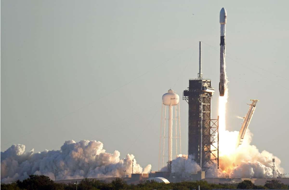 Eine Falcon 9-Rakete von SpaceX hebt von der Rampe 39A des John F. Kennedy-Weltraumzentrums in Florida ab. Foto: John Raoux/AP/dpa/John Raoux