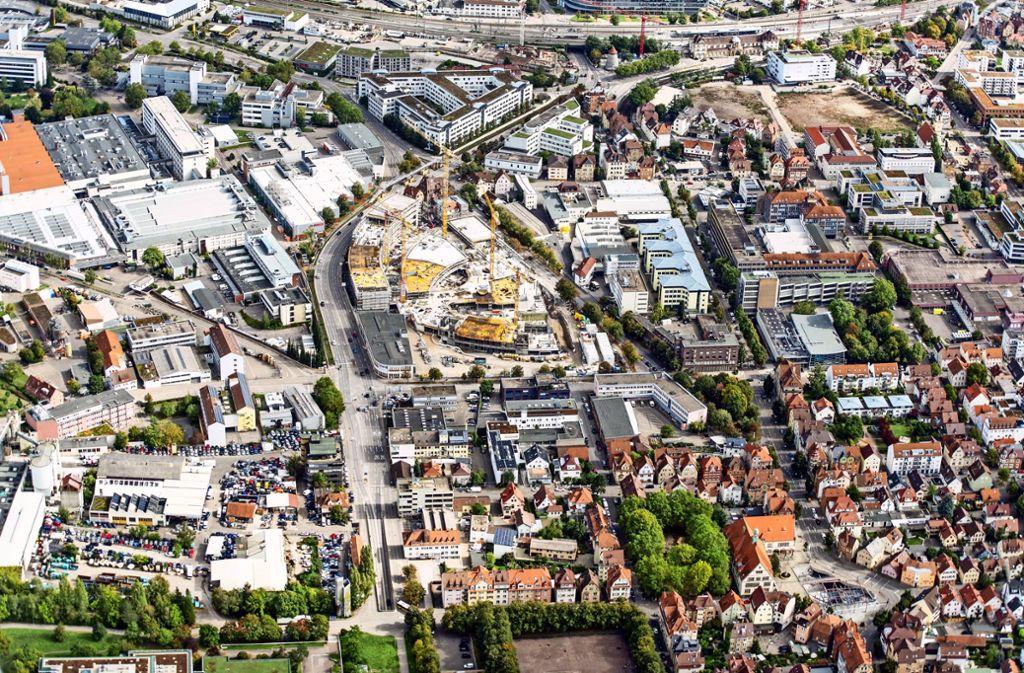 Die Aufnahme von September 2019  zeigt, dass rund um den Bahnhof (o.r.) noch einige Bauprojekte nicht beendet sind. Foto: /Holger Leicht
