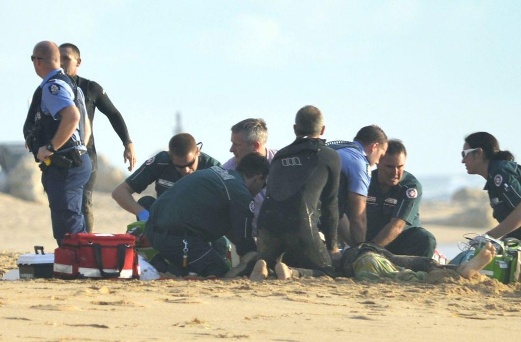 Australische Rettungskräfte versuchen das Leben von Ben Geering am Strand von Mandura (Westaustralien) zu retten. Der 29-jährige Surfer war von einem Weißen Hai angegriffen worden. Foto: AFP