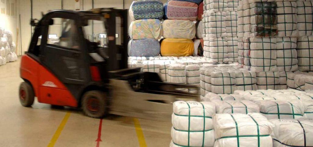 Bis zu 250 Tonnen Kleidung landen pro Monat in einem Container. Mit Altkleidern werden gute Geschäfte gemacht. Foto: www.textil-verwertung.de
