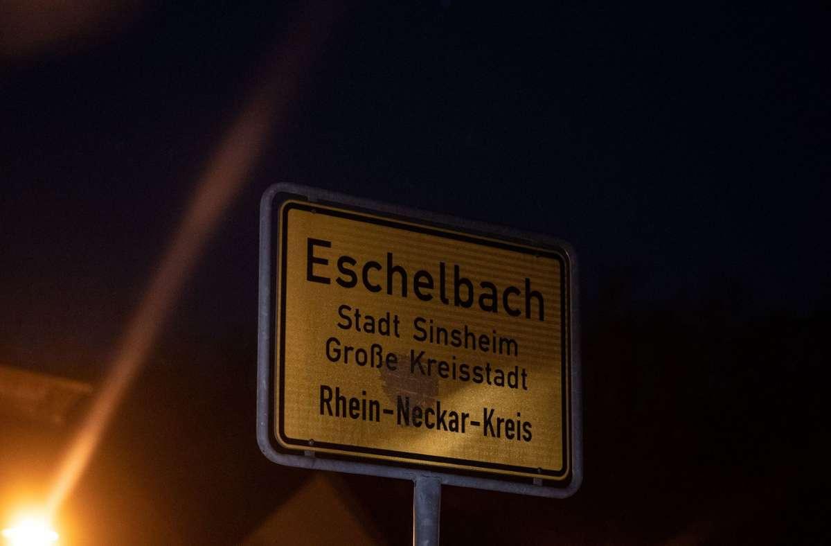 Das Ortsschild von Eschelbach. In einem Feldgebiet bei Sinsheim-Eschelbach ist ein 13-jähriger Junge an einem Waldrand tot gefunden worden. Foto: dpa/Marijan Murat