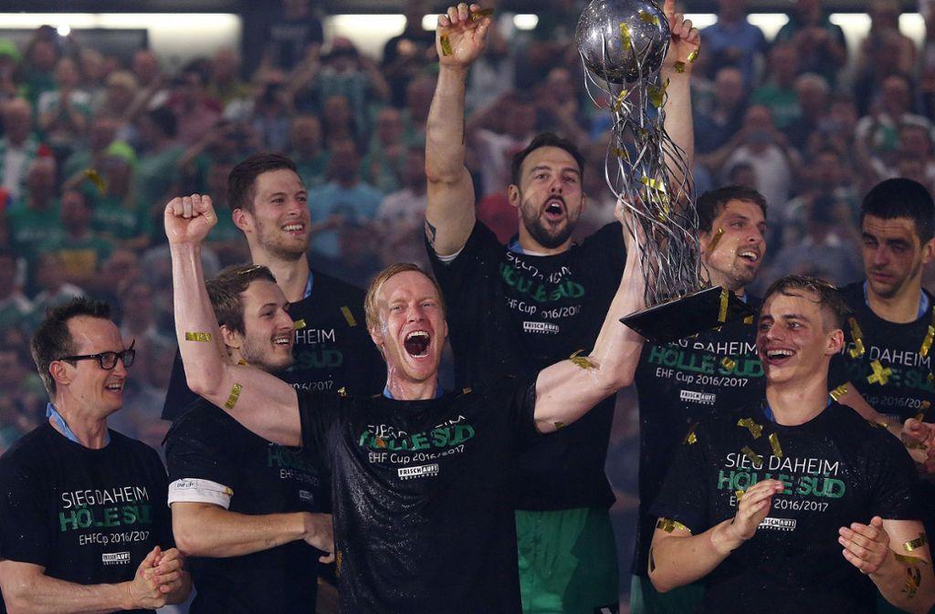 Beim Vorjahres-Triumph im EHF-Pokal war Göppingens Sportlicher Christian Schöne (4. v. li.) aushilfsweise als Spieler dabei – und warf im Finale gegen die Füchse drei Tore. Foto: Baumann