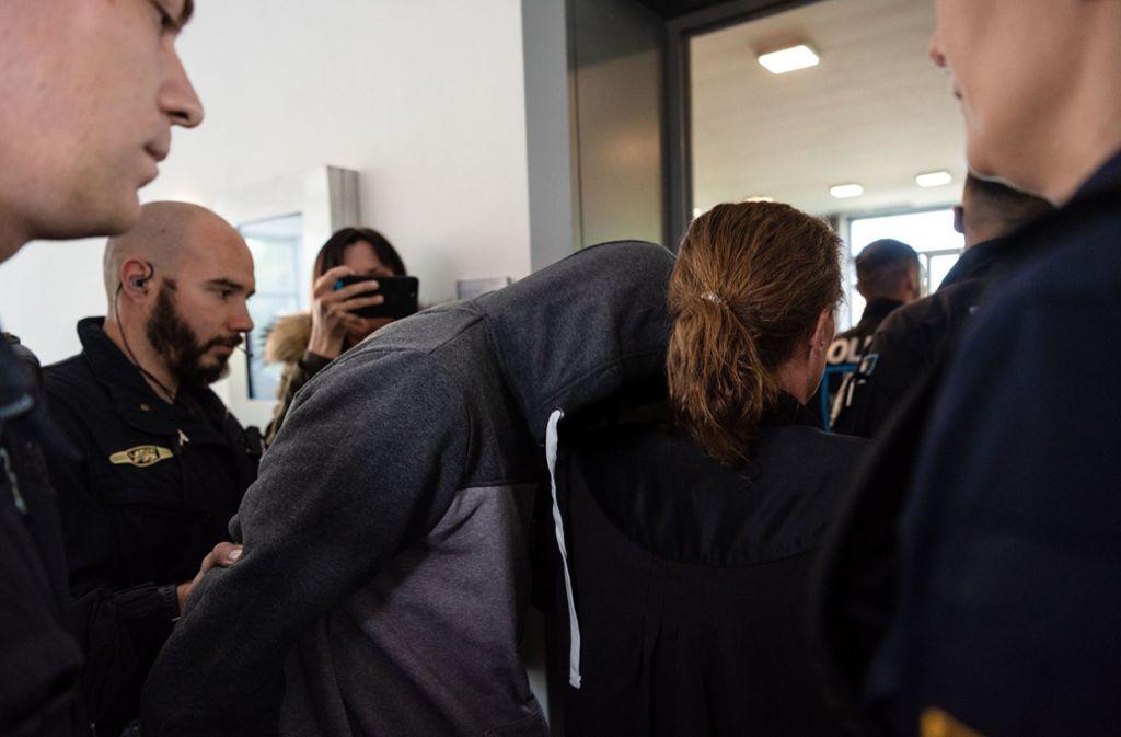 Der Familienvater wird wegen Mordes zu einer lebenslangen Haftstrafe verurteilt (Archivbild). Foto: dpa