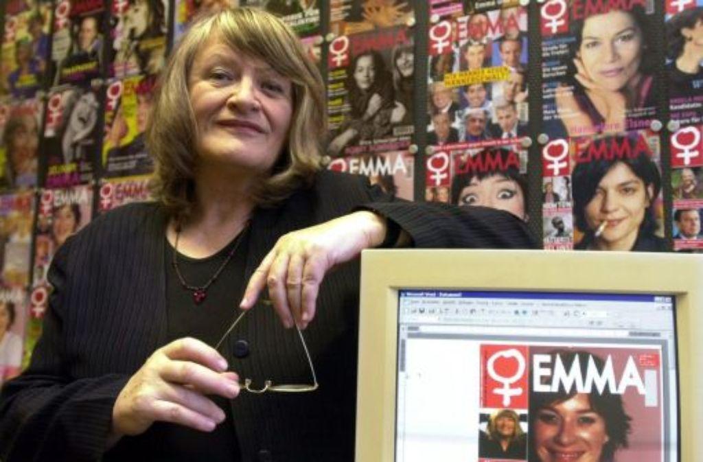 Emma-Herausgeberin Schwarzer 2002 in der Kölner Redaktion vor einer Wand mit aktuellen und älteren Titelbildern ihrer Zeitschrift. Die umstrittene Feministin hat jetzt ihre Autobiografie Lebenslauf vorgelegt Foto: dpa