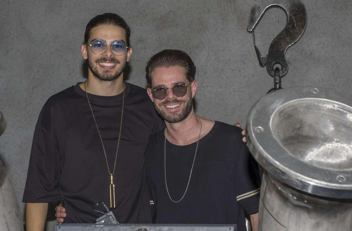 Die beiden DJs Anrey (links) und Daniel Kautschitz freuen sich, dass in den Clubs die Maskenpflicht fällt. Foto: Engelhard