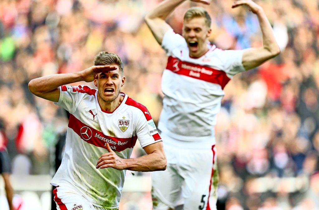 Der Torjäger vom VfB Stuttgart weiß starke Kräfte hinter sich: Simon Terodde jubelt über seinen späten Siegtreffer gegen den SV Sandhausen – und im Hintergrund freut sich Timo Baumgartl mit ihm. Foto: Getty