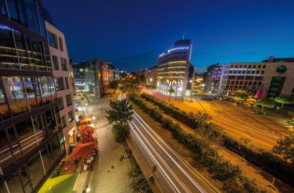 Nächtliches Leuchten auf der Theodor-Heuss-Straße, auf der sich seit 2001 Bars  und Clubs angesiedelt haben. Foto: Stuttgart-Marketing GmbH / Achim Mende