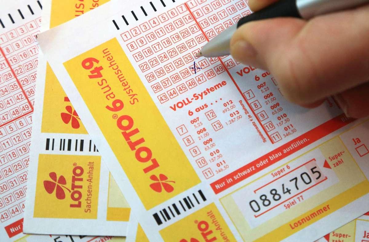 Rund 507 Millionen Euro setzten die Menschen bis Ende Juni im Südwesten fürs Lottospielen ein. Foto: dpa/Jens Wolf