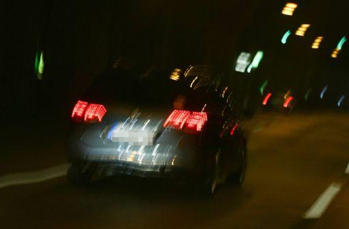 Autofahrer rasen bei illegalem Rennen mit Tempo 100 durch Gemeinde