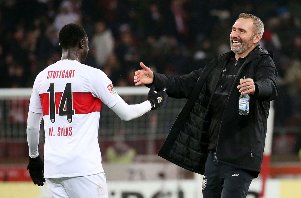 Trainer Tim Walter (re.) freut sich mit Stürmer Silas Wamangituka über den Sieg des VfB Stuttgart gegen den 1. FC Nürnberg. Foto: Baumann
