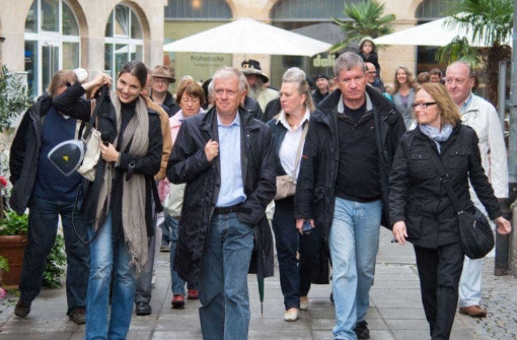 OB-Kandidat Fritz Kuhn (Grüne) zeigt etwa 50 Lesern beim Stadtspaziergang seine Sicht auf Stuttgart – was die Teilnehmer davon  halten und Eindrücke von der Veranstaltung sehen Sie in der folgenden Bilderstrecke. Foto: Martin Stollberg
