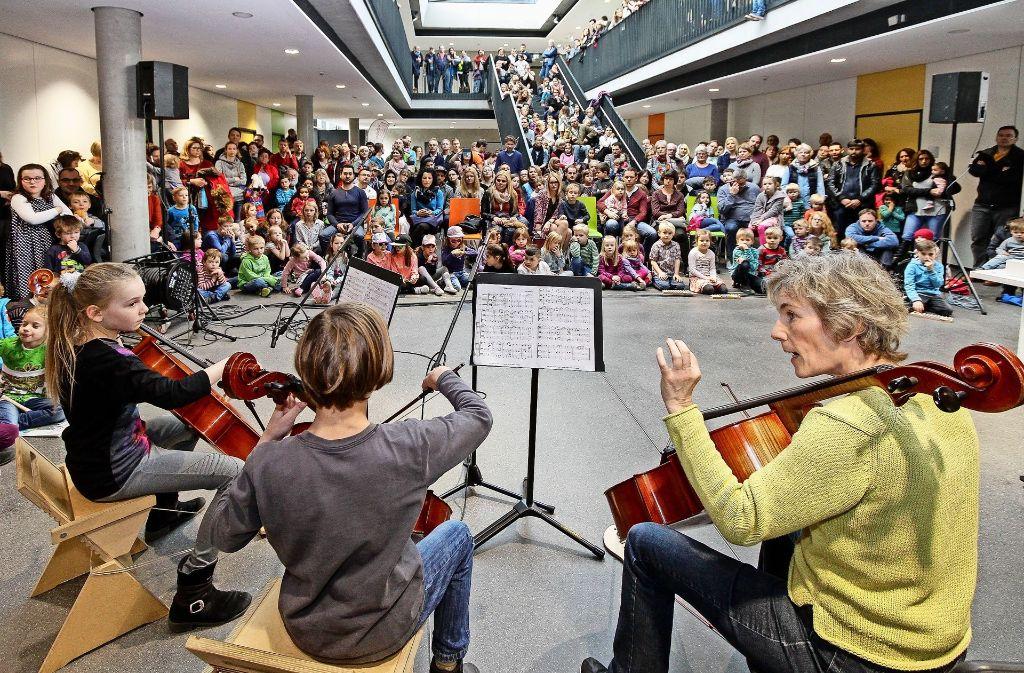 Volles Haus beim Tag der offenen Tür: Viele Menschen wollen die Musikschule und ihre neuen Räume kennenlernen. Foto: factum/Bach