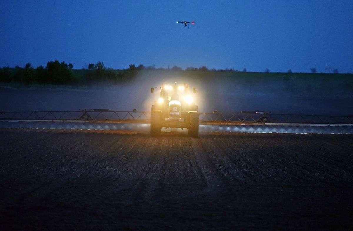 Die Drohne  mit der Kamera und der speziellen Software sagt der  Maschine, wann und wo sie Herbizide spritzen darf. Foto: Universität Hohenheim