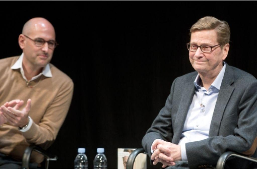 """Ex-Außenminister Guido Westerwelle (rechts, FDP) und der ehemalige Stern-Chefredakteur Dominik Wichmann sitzen bei Vorstellung des von beiden geschriebenen Buches """"Zwischen zwei Leben. Von Liebe, Tod und Zuversicht"""". Foto: dpa"""