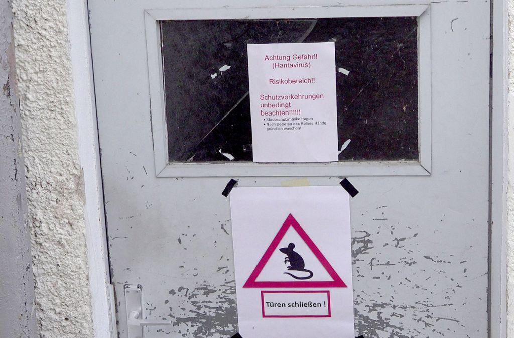 Mit diesen Warnhinweisen und geschlossenen Türen versuchen Polizisten in Göppingen, ansteckende Mäuse fernzuhalten. (Archivbild) Foto: dpa/Alexander Woelfl