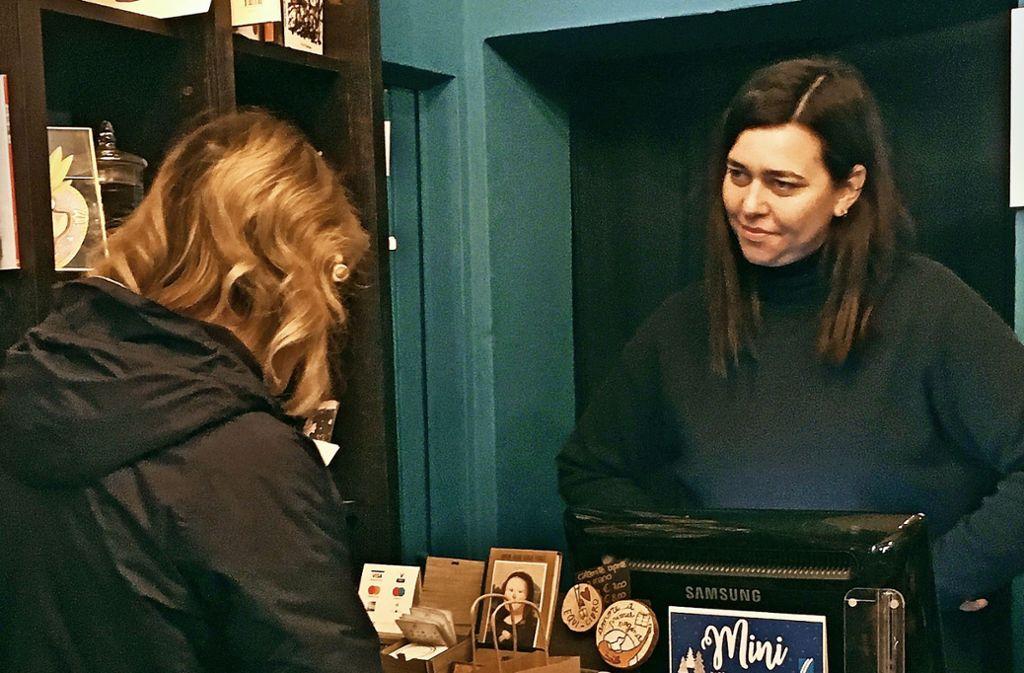 Elena Molini steht ihren Kunden in ihrer literarischen Apotheke mit Rat und Lebenshilfe zur Seite. Foto: