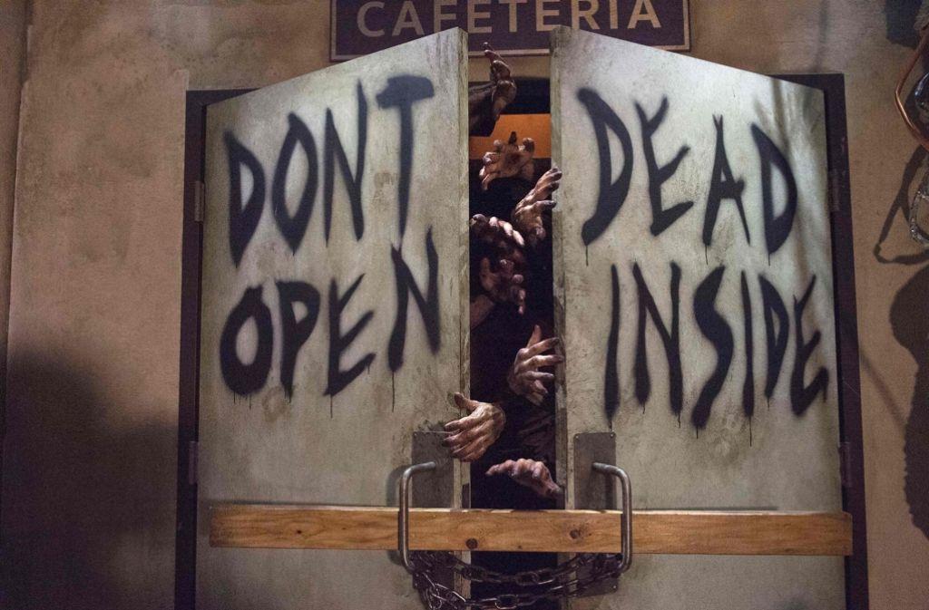 """""""Nicht öffnen. Drinnen sind Tote"""": Angesichts der Zombies hinter der Tür ist der Ratschlag aus der TV-Serie """"Walking Dead"""" besser ernst zu nehmen. Foto: AFP"""