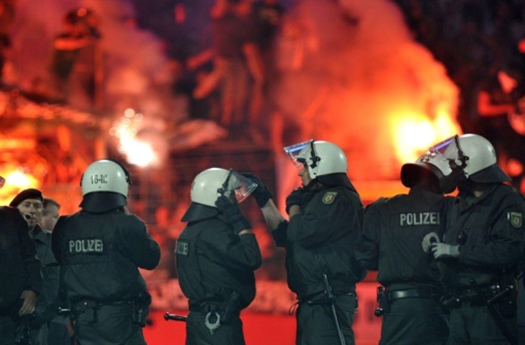 Mit bengalischen Feuern und gewaltbereiten Fußball-Fans hatte es die Polizei am Mittwoch in Reutlingen zu tun. Foto: dpa/Symbolbild