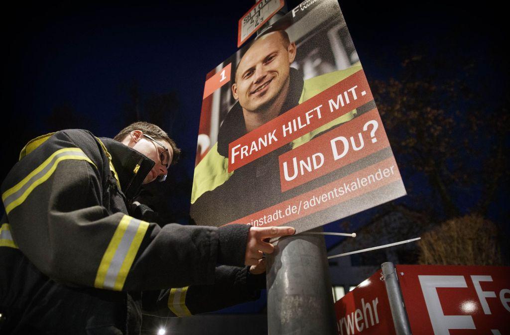 Bis Weihnachten wird jeden Morgen an anderer Stelle ein Plakat angebracht. Den Anfang macht Frank Schropp aus Großheppach . Foto: Gottfried Stoppel