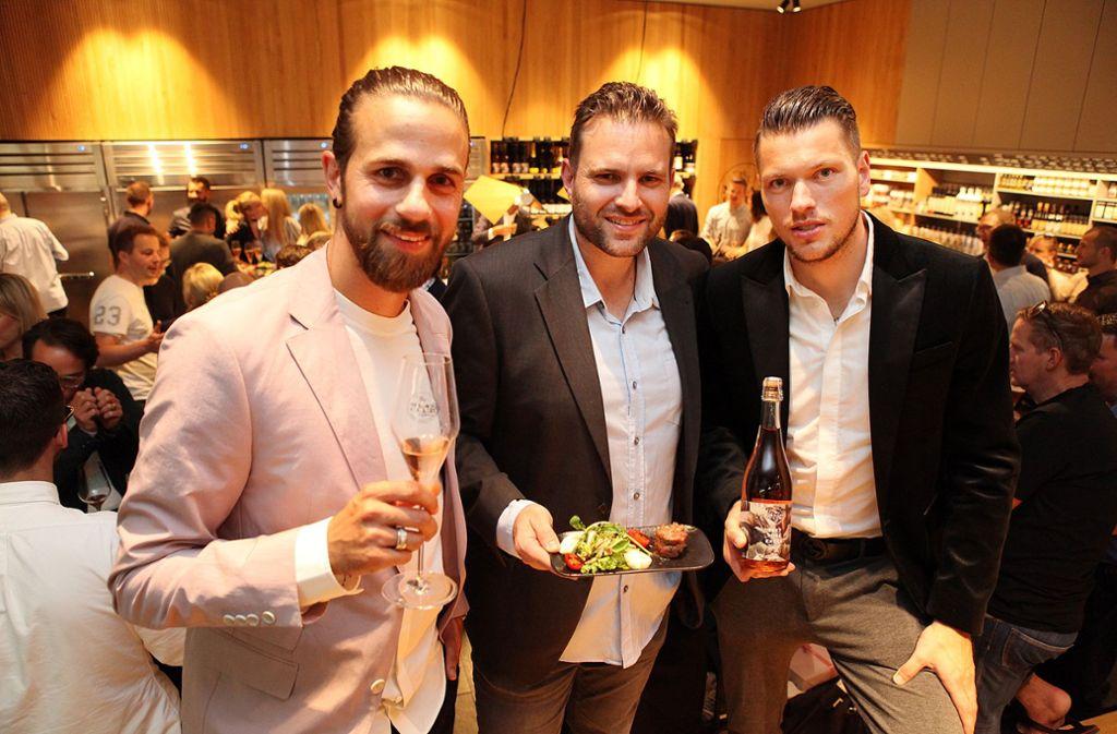 Martin Harnik, Christian Hartmann und Daniel Ginczek (von links) haben am Mittwochabend den Meat-Club an der Eberhardstraße in Stuttgart eröffnet. Foto: Lichtgut/Jan Reich