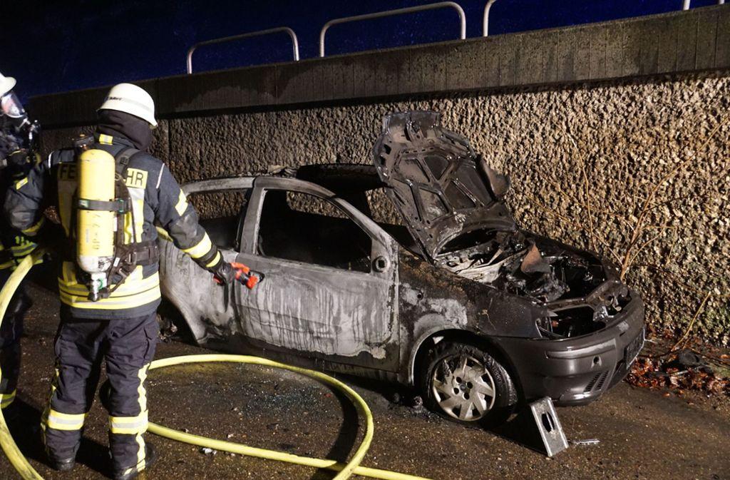 Der Fiat brannte auf einem Parkplatz an der A8 aus. Foto: SDMG/Woelfl