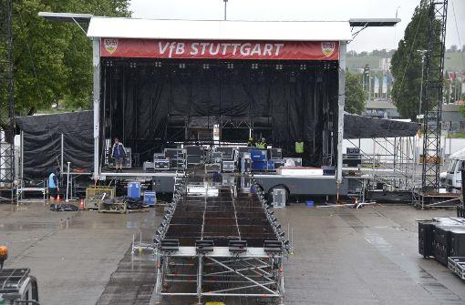 Hier läuft der Aufbau für das Public Viewing des VfB Stuttgart auf dem Cannstatter Wasen. Foto: Andreas Rosar Fotoagentur-Stuttg