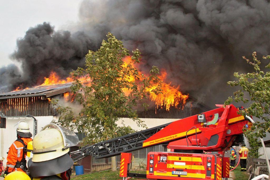 Aus der Scheune auf dem Falkenhof zwischen Leonberg und Rutesheim schlagen bereits die Flammen hoch, als die Feuerwehr eintrifft. Foto: SDMG