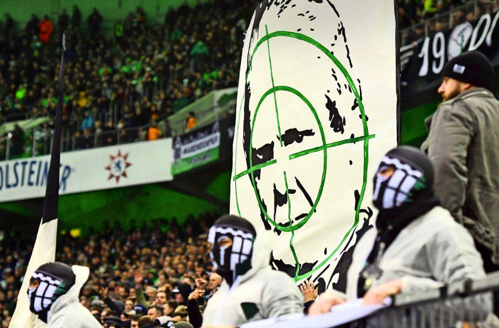 Beängstigende Bilder: Vermummte Fans nehmen Dietmar Hopp ins Fadenkreuz. Foto: imago/Horstmüller
