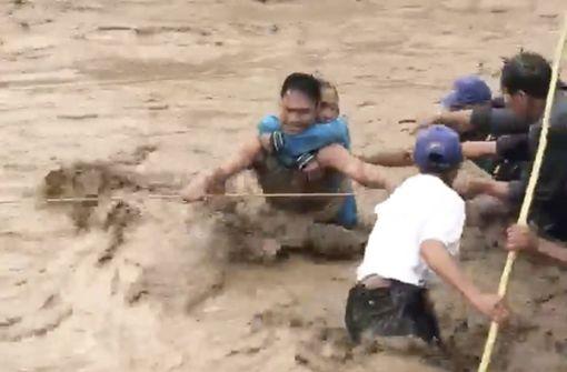 Hunderte sterben durch Überschwemmungen und Erdrutsche