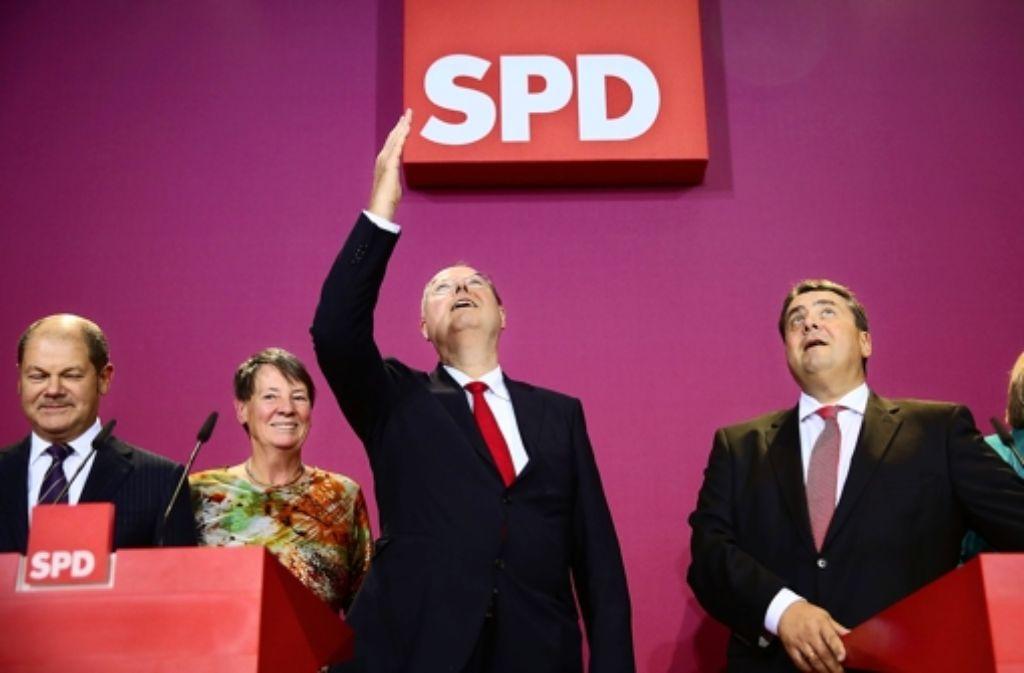 Warten auf die Entscheidung der CDU – Peer Steinbrück und Sigmar Gabriel. Eindrücke vom Wahlabend zeigen wir in der Fotostrecke. Foto: