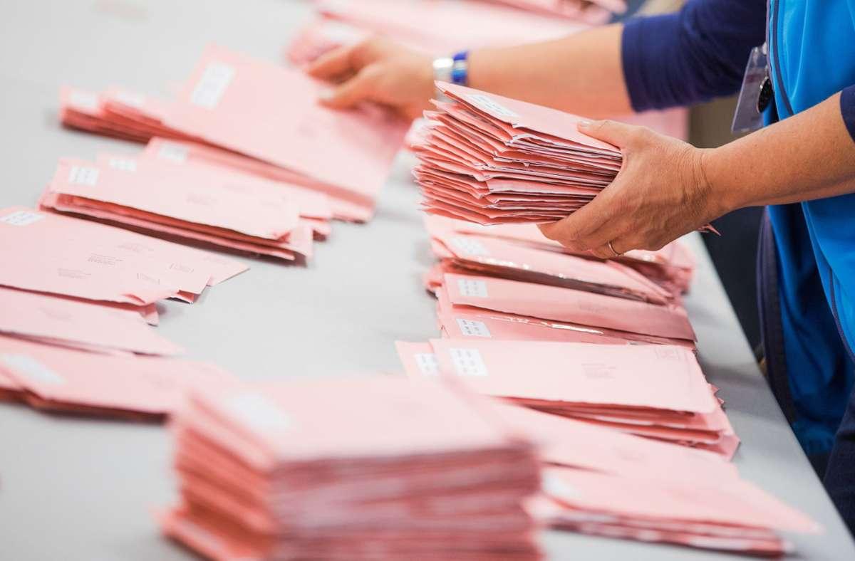Fleißige Hände haben am Sonntagabend die Stimmen gezählt. Foto: dpa/Rolf Vennenbernd