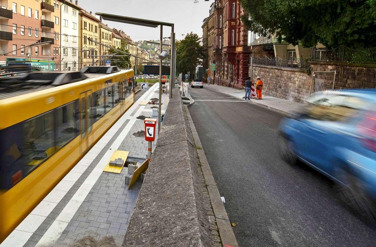 Die sanierte Stadtbahn-Haltestelle Bopser (links)  – und der neue barrierefreie  Überweg,  der vorerst  unvollendet ist. Foto: Lichtgut/Leif Piechowski