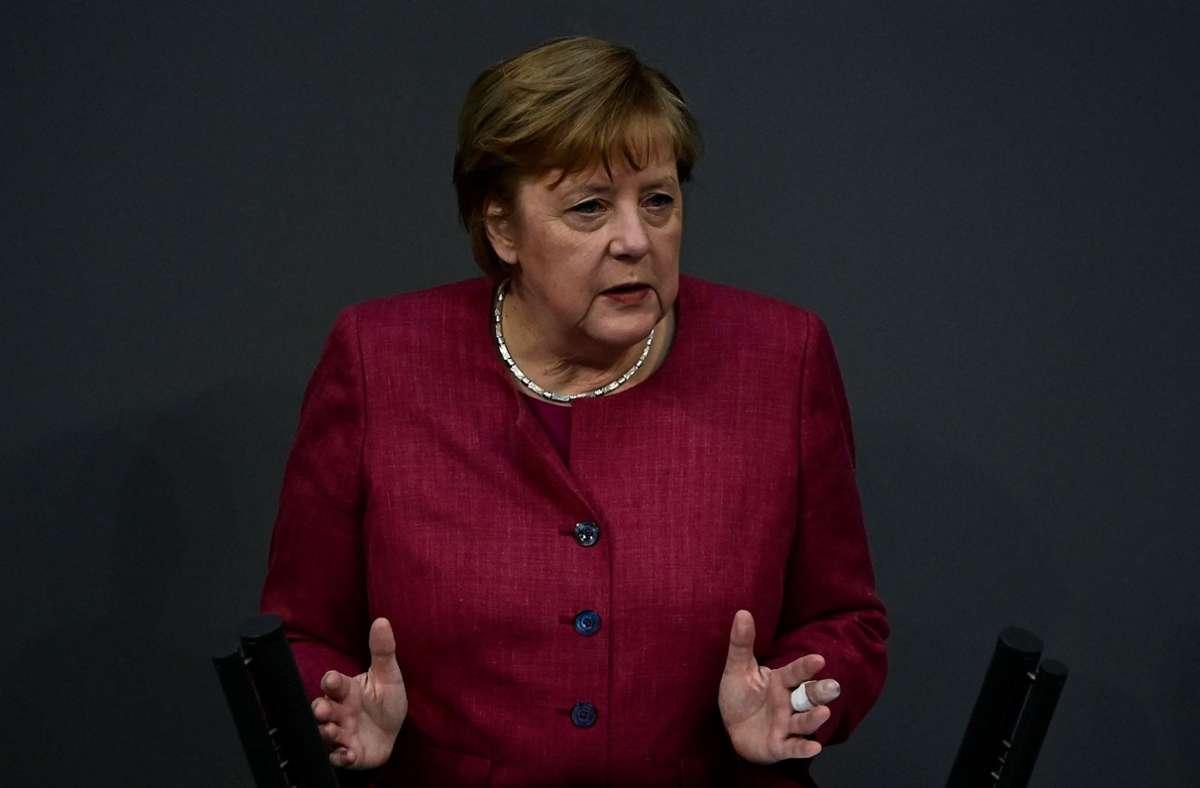 Bundeskanzlerin Angela Merkel (CDU) hat die geplante Notbremse mit der nächtlichen Ausgangssperre zur Bekämpfung der Corona-Pandemie gegen Kritik verteidigt. Foto: AFP/TOBIAS SCHWARZ