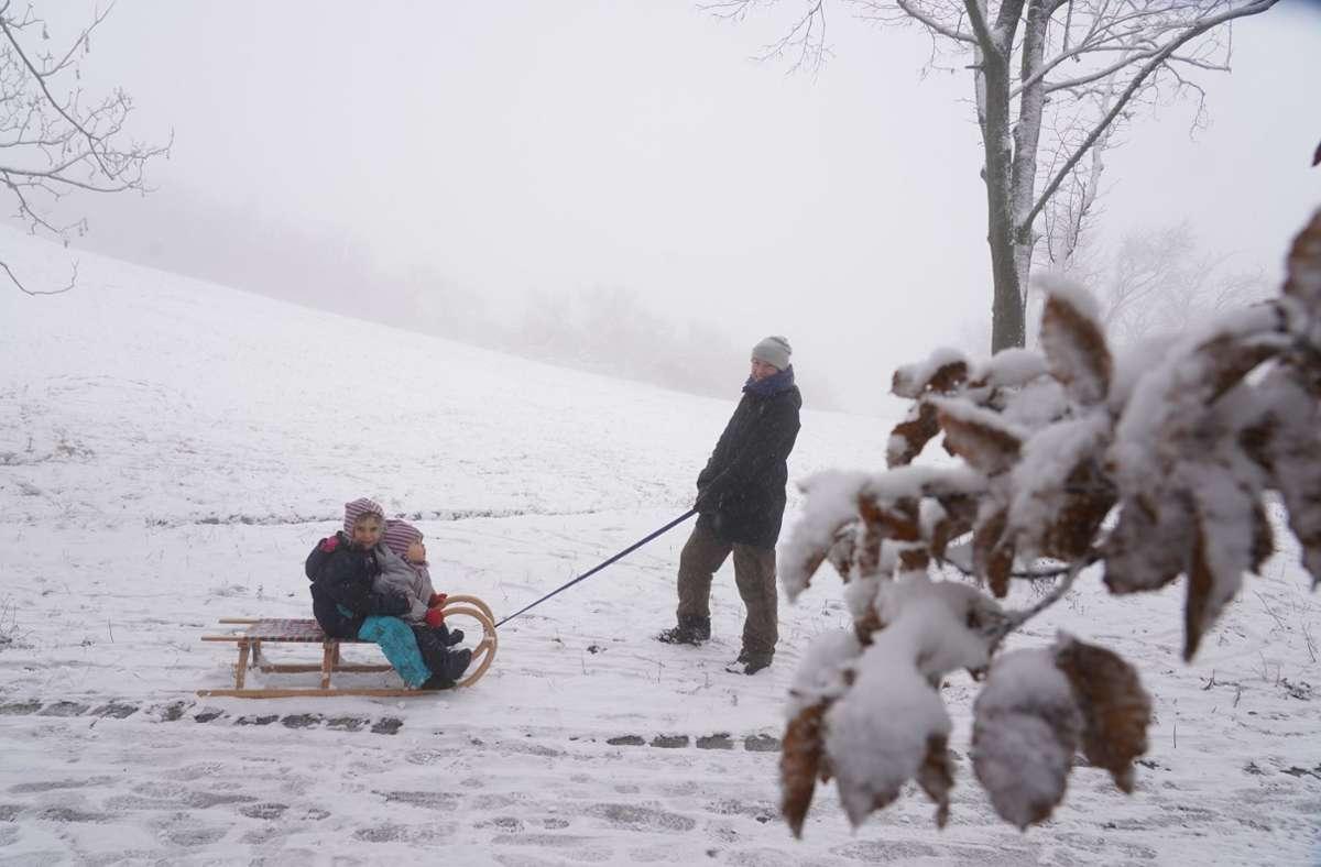 In Rotenberg wurde der Schnee gleich fürs Schlittenfahren genutzt. Foto: Andreas Rosar/Fotoagentur-Stuttg